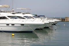 四条马达白色游艇 免版税图库摄影