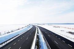 四条高速公路运输路线冬天 免版税库存照片