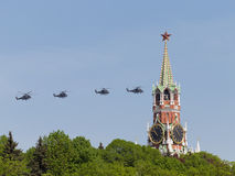 四架灰色军事直升机Mi35飞行 图库摄影