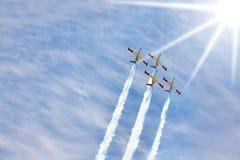 四架闪耀的飞机飞行  免版税库存照片