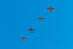 四架AT-6德克萨斯的飞机飞行在头顶上 库存照片
