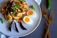 四棱豆沙拉用剁碎的猪肉、大虾和新鲜的草本 免版税库存照片