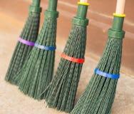 四清洗的叶子的新的绿色笤帚 库存图片