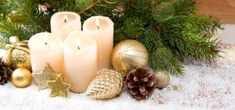四灼烧的出现蜡烛和圣诞节装饰 免版税库存图片