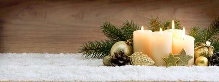 四灼烧的出现蜡烛和圣诞节装饰 免版税库存照片