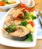 四烤了与菜的鲑鱼排在白色板材 库存图片