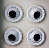 四白色通风孔和声音出口在白色机场墙壁上用不同的方向 库存照片