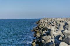 四荚或具体防堤块在Tomis,康斯坦察港口 免版税库存照片