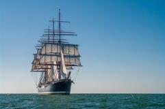 四被上船桅的三桅帆右边视图 免版税库存照片