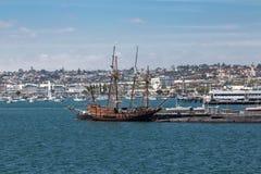 四被上船桅的木风船 免版税图库摄影