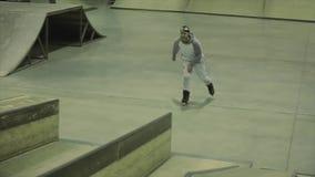 四轮溜冰者与去赞成在跳板的顶头轻碰,在篱芭的乘驾 在skatepark的竞争 影视素材
