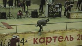 四轮溜冰者在篱芭跳,失去平衡,失败 在篱芭之间的腿 在skatepark的竞争 影视素材