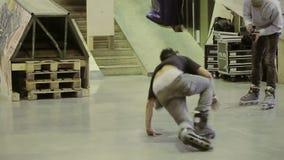 四轮溜冰者在跳板跳 滑与发怒脚 出故障 在skatepark的竞争 股票视频