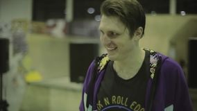 四轮溜冰者弓,对主人的步行奖的 在skatepark的竞争 非典型 优胜者 工具 股票录像