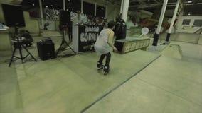 四轮溜冰者从在别的一篱芭跳在运动 失败 极其 在skatepark的竞争 影视素材