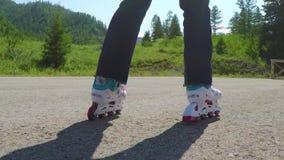 四轮溜冰者 特写镜头被射击在移动在人行道的轴向冰鞋的女性腿 t HD 股票视频