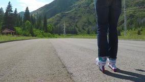四轮溜冰者 特写镜头被射击在移动在人行道的轴向冰鞋的女性腿 t HD 股票录像