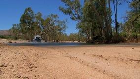 四轮驱动驾驶通过水,在澳洲内地在澳大利亚 股票录像