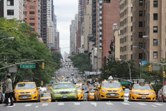 四辆出租汽车街道场面在交叉点停止了在纽约,纽约, 2013年9月 库存图片
