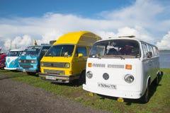 四辆小巴`大众不同的模型和式样岁月运输者`在葡萄酒汽车的陈列的在Kronstadt 图库摄影