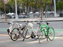 四辆自行车停放在街道 图库摄影