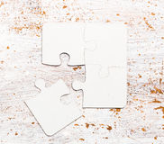 四连接了在桌上的白色难题片断 库存图片