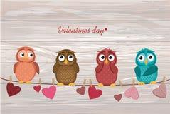 四逗人喜爱的色的猫头鹰之子坐串 与a的红色心脏 皇族释放例证