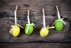 四绿色和与框架的黄色复活节彩蛋 库存照片