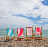 四Deckchairs在Pebble海滩 库存图片