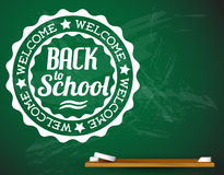 回到在一个绿色黑板的学校白色例证 库存照片