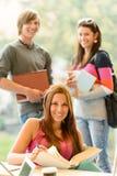 回到学习在图书馆里的学校学员 免版税库存图片