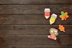 回到学校与色的铅笔、红色appple和姜饼的概念背景在木桌上 库存图片