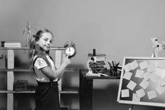 回到学校和研究时间概念 孩子和学校用品,桃红色背景 有愉快的面孔的女小学生 图库摄影