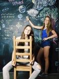 回到学校在暑假以后,分类的两个青少年的真正的女孩 库存图片