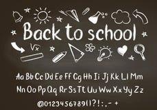 回到学校在黑板的白垩文本有学校乱画元素和白垩字母表的 免版税库存照片