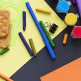 回到学校手表粉笔线在黑背景的曲奇饼文具的概念 库存图片