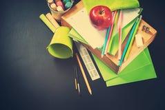 回到学校文具的苹果计算机供应概念 免版税图库摄影
