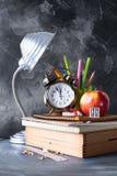 回到学校时钟白垩铅笔苹果计算机的概念 图库摄影