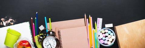 回到学校时钟白垩铅笔苹果计算机的概念 库存照片