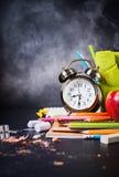 回到学校时钟白垩铅笔苹果计算机的概念 免版税库存图片