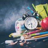 回到学校时钟白垩铅笔苹果计算机的概念 库存图片