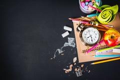 回到学校时钟白垩铅笔苹果计算机的概念 免版税库存照片