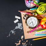 回到学校时钟白垩铅笔苹果计算机的概念 免版税图库摄影