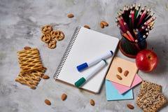 回到学校概念、学校用品、饼干和饭盒在白色书桌,选择聚焦,特写镜头上 免版税库存照片