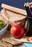 回到学校概念、学校用品、饼干和饭盒在白色书桌,选择聚焦,特写镜头上 库存图片