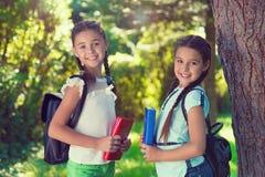 回到学校的两个愉快的孩子学会的 免版税库存照片