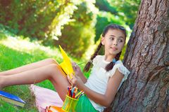 回到学校的愉快的美丽的女孩 免版税库存照片