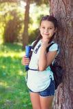 回到学校的愉快的美丽的女孩 免版税库存图片