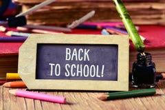回到学校的文本一个标签型黑板的 免版税库存图片