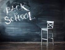 回到学校的标志一个黑黑板的 椅子服务台木信函的学校 库存图片
